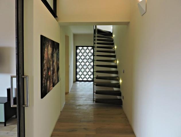 Loft ad Agno: scala in ferro e vetro