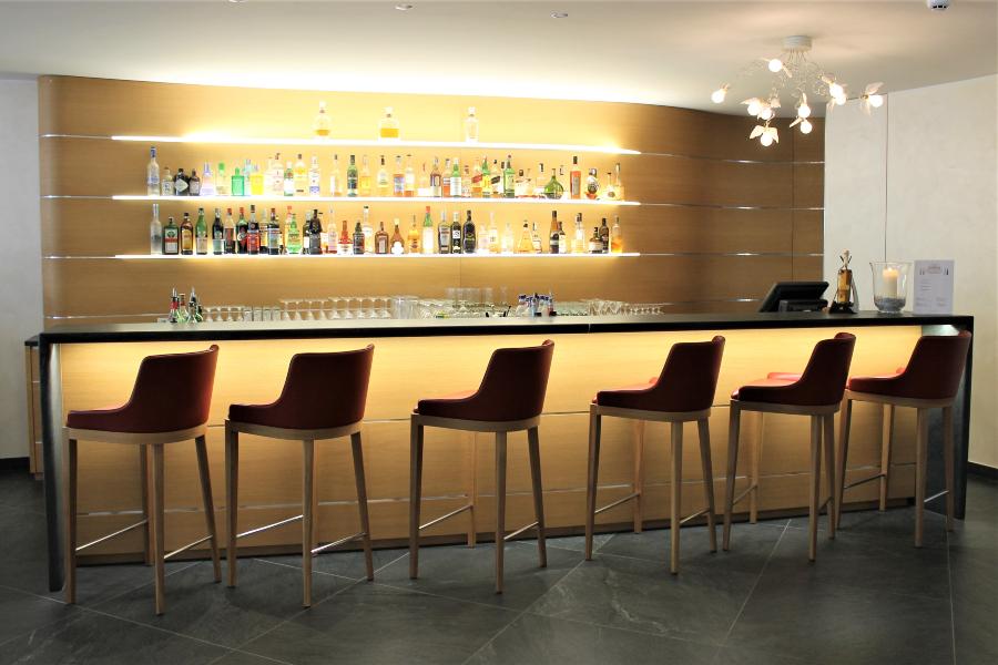mobili su misura per hotel bar in rovere con sgabelli
