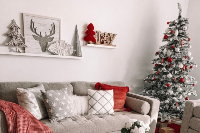 On Closet Nine addobbi di Natale rosso